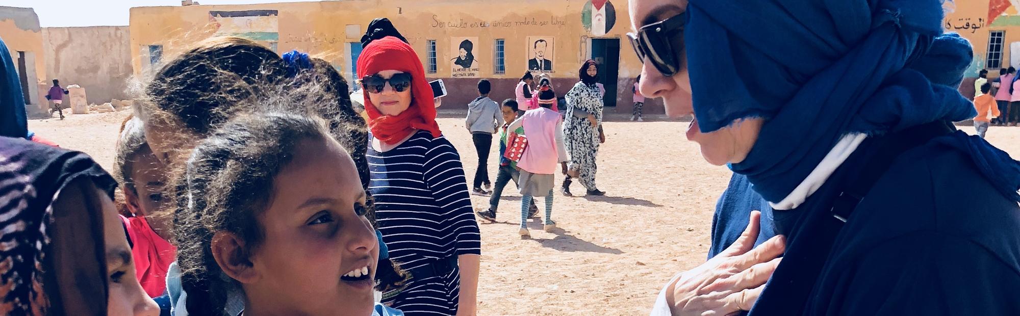 Viaje a Sahara entrega cajas Operación Niño de la Navidad 2018
