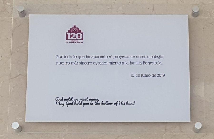 Placa en El Porvenir a la familia Bonesteele