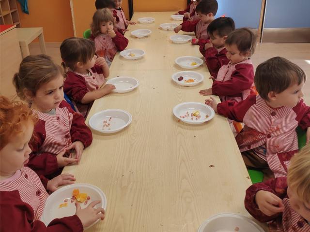 Comiendo frutas de otoño Escuela Infantil El Porvenir