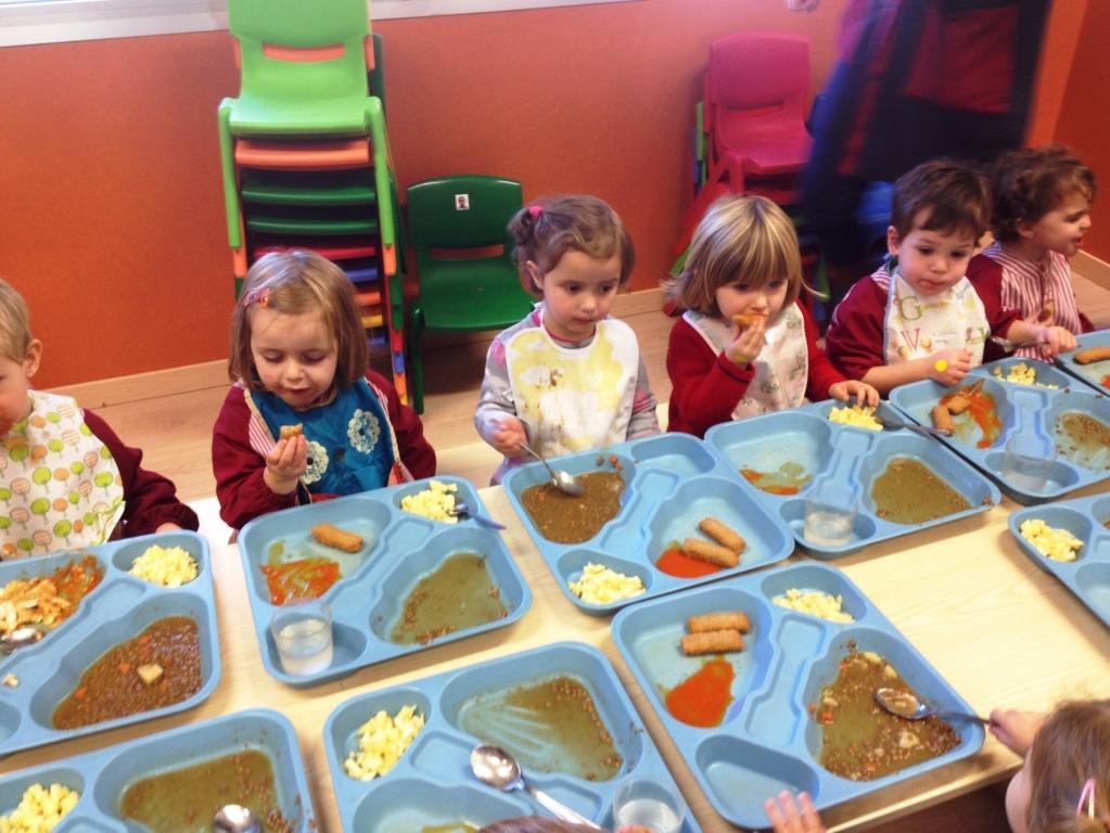 Los Niños De 2 Años Comiendo En El Comedor