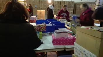 Llevamos las cajas de Operación Niño de la Navidad al centro de procesos