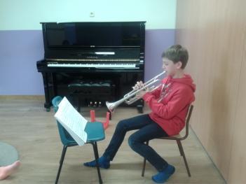 Un trompetista en clase