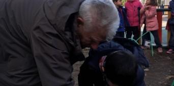 Nuestro huerto cuenta con la ayuda del abuelo Evaristo