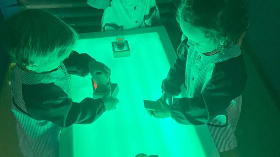 La mesa de luz y los pequeños de 1 y 2 años