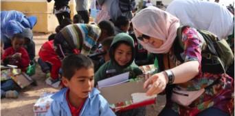 Repartiendo cajitas de ONN en el campo de refugiados en el Sáhara