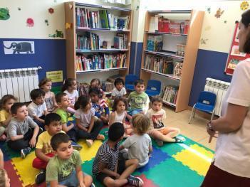 Los niños de 4 años visitan la biblioteca para escuchar cuentos de insectos