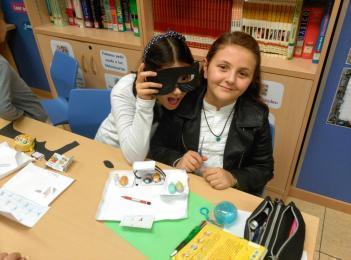 Taller de máscaras en la biblioteca