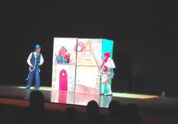 """Los niños de 3 años se perdieron en... """"los cuentos"""" gracias a la Compañía de teatro El Globo Rojo"""
