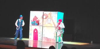 """Los niños de 3 años se perdieron en... """"los cuentos"""" gracias a la Compañía de teatro El Globo Rojo."""