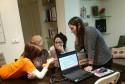 Los mentores voluntarios del Taller de Informática 2.0 disfrutan con los alumnos más mayores